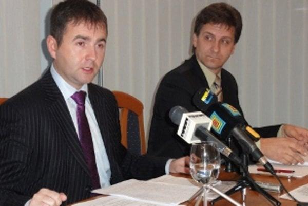 Okresný šéf Smeru Kéry (vľavo) a šéf poslaneckého klubu Smer-KDH-HZDS Milan Galaba sa dištancovali od všetkých krokov Lednára, ktorému pred necelým rokom pomohli k primátorskej stoličke.