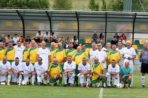 V bohatom programe nechýbal ani exhibičný zápas hviezd. Vžltých dresoch sa predviedli Old Boys Važca avbielych nastúpili slovenské futbalové legendy Internacionála SR.