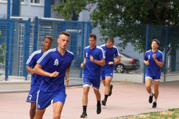 Treťoligoví futbalisti Nitry trénujú v riadne okresanom zložení. Sezóna však už klope na dvere.