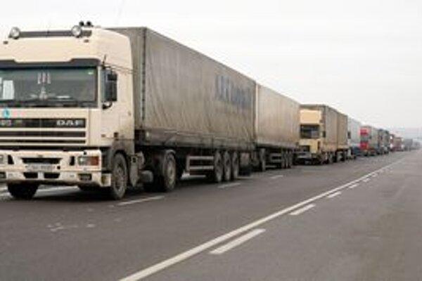 Značky by mali obmedzovať prejazd kamiónov nad 12 ton.