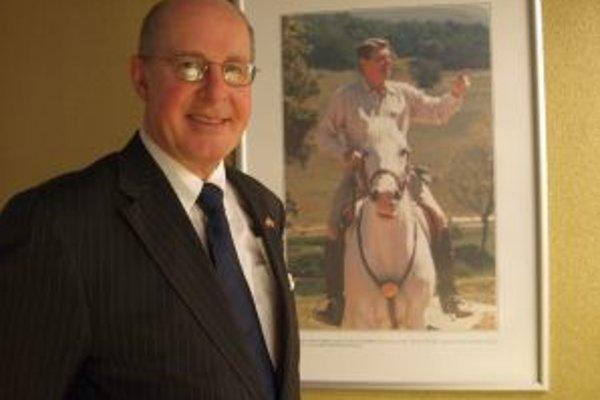 Výstavu v Nitre otvoril veľvyslanec USA v SR Theodore Sedgwick.
