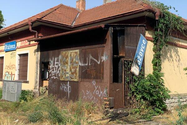 Opustená železničná stanica v Dražovciach.