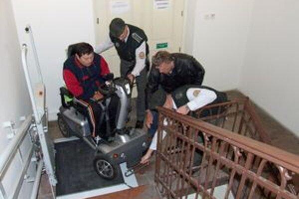 Peter používa špeciálny vozík, na plošinu v súdnej budove sa nezmestil.