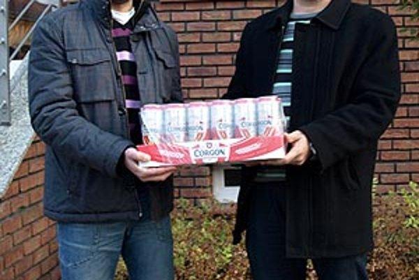 Peter Ryban a Peter Kluka pred týždňom uhádli všetkých 10 zápasov. Kartón piva, určený pre víťaza kola, si museli rozdeliť.