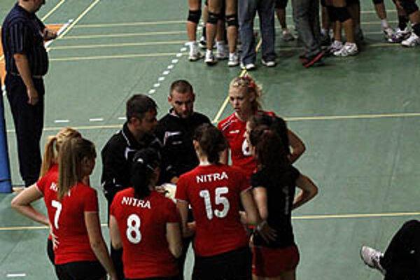 Mladé gymnazistky (v popredí) v prvom derby neuspeli.
