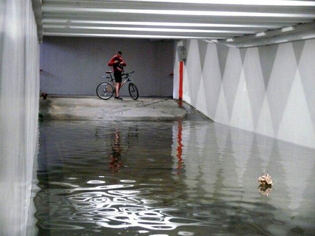 Vysoká hladina spodnej vody  spôsobila zatopenie podchodu pri Ekonomickej univerzite v Petržalke v Bratislave.