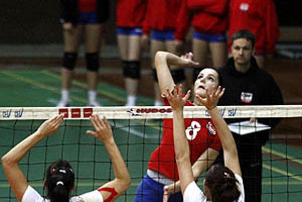 Hráčky COP (v červenom) sa tešili z víťazstva 3:2 nad Žiarom.
