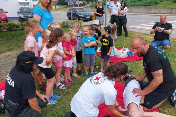 Dobrovoľníci z Červeného kríža v Nitrianskej Blatnici učili vodičov poskytovať prvú pomoc.
