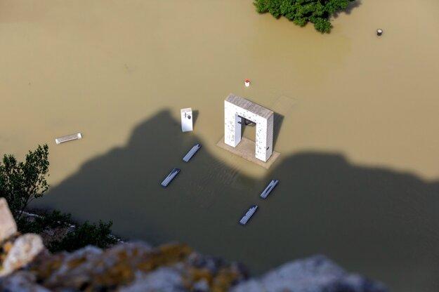 Pohľad na pamätník Brána slobody zaplavený riekou Morava pred sútokom s Dunajom z hradu Devín.