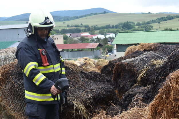 Igor Biľo kontroluje možné ohniská požiaru.