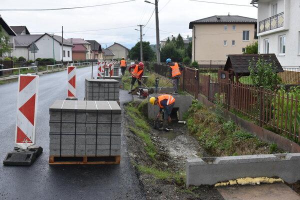 Práce na cestných rigoloch stále nie sú dokončené.