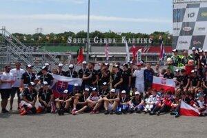 Slovenský tím (vľavo) na známej motokárovej dráhe South Garda Karting.