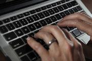 Obeťami sledovania prostredníctvom špionážneho softvéru Pegasus bolo aj najmenej 180 novinárov v 20 krajinách