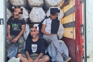 Migranti boli v kamióne na parkovisku v Šahách.