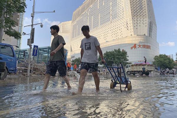 Ulice mesta sa pôsobením tajfúnu In-Fa sčasti premenili na rýchlo sa valiace rieky.