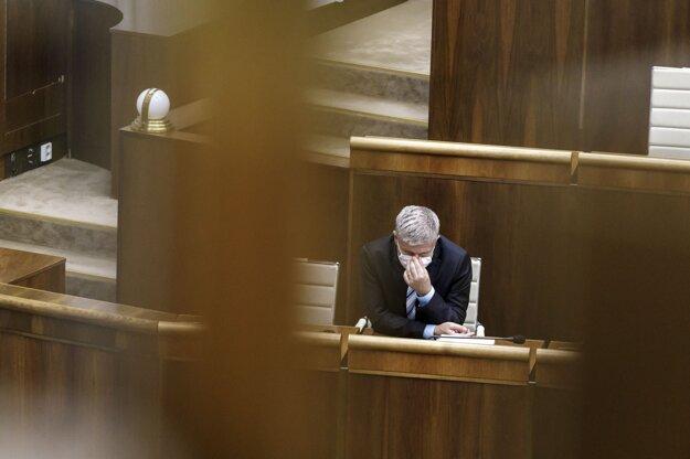 Minister zdravotníctva Vladimír Lengvarský počas rokovania parlamentu.