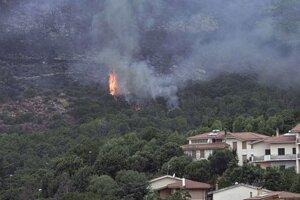 Lesný požiar pri meste Oristano na západe Sardínie.
