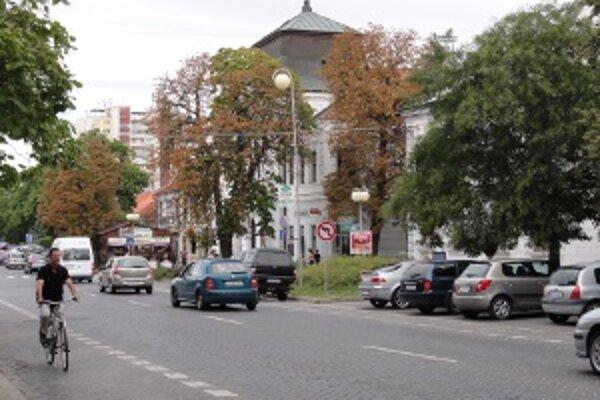 Zlaté Moravce chystajú poplatky za parkovanie v centre.