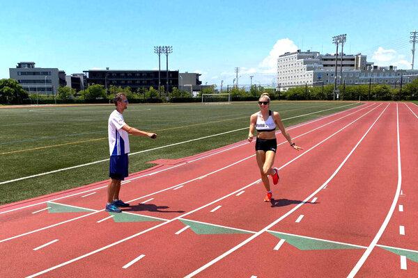 Atlétka Emma Zapletalová, nedávna majsterka Európy do 23 rokov, na snímke z tréningu s trénerom Petrom Žňavom.