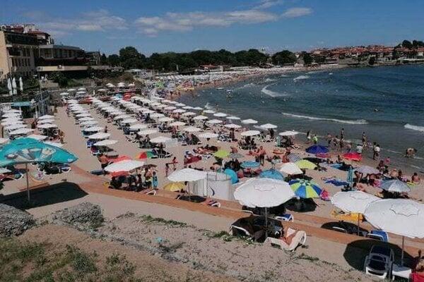 Pláže v bulharskom Sozopole sú zaplnené do posledného miesta.
