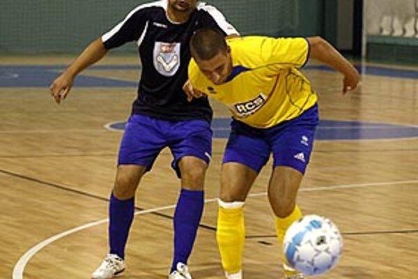 V modrom hrajúci šéf klubu Anton Suchan.