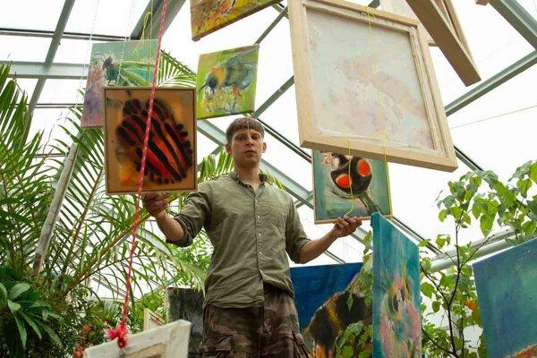 Andrej Dúbravský v lete vystavuje v košickej botanickej záhrade.