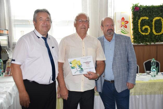 Vyznamenanie 1. stupňa si prevzal z rúk predsedu ČZZ Ivana Kurica František Chabreček.