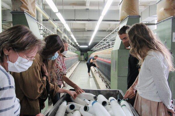 Súčasťou prednášok centra bola aj prehliadka fabriky.