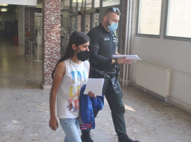 Tínedžerka bodla otčima, mal ju sexuálne obťažovať. Zabitie jej sprísnili na vraždu.