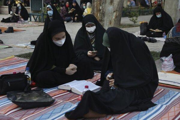 Obyvateľky iránskeho Teheránu sa chránia respirátormi počas modlitieb.