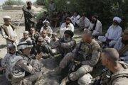 Americkí vojaci s tlmočníkom diskutujú s dedinčanmi v afganskej provincii Helmand.