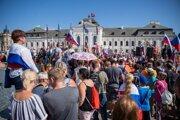 Protest pred Prezidentským palácom v Bratislave.