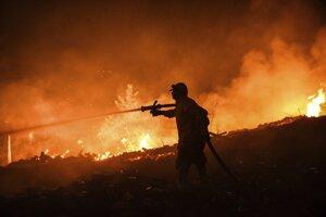 Jeden z hasičov počas boja s lesným požiarom v okolí mesta Manavgat v provincii Antalya.