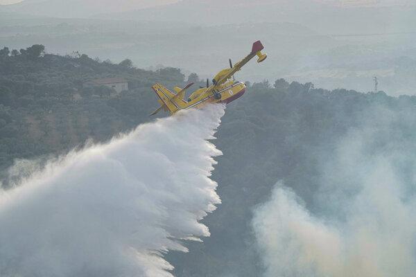 Lietadlo pomáha hasiť požiare pri meste Oristano na ostrove Sardínia.