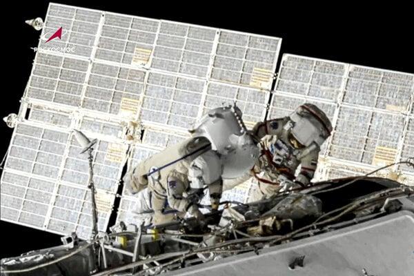 Dvojica ruských kozmonautov Oleg Novickij a Piotr Dubrov, ktorí uskutočnili v stredu 2. júna 2021 výstup do voľného vesmíru z Medzinárodnej vesmírnej stanice (ISS). Výstup súvisel s prípravou na príchod nového ruského modulu.