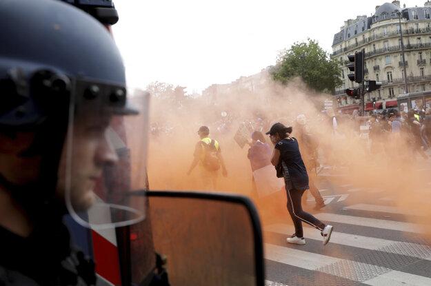 Polícia použila proti demonštrantom aj slzotvorný plyn.