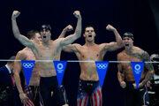 Americkí plavci po triumfe  v štafete na 4x100 m polohové preteky.