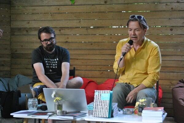 Július Fujak (vpravo) pri predstavovaní novej publikácie.