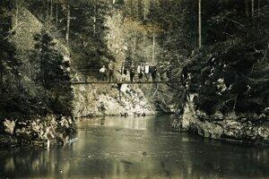 Turisti na lávke cez Hornád v roku 1928.