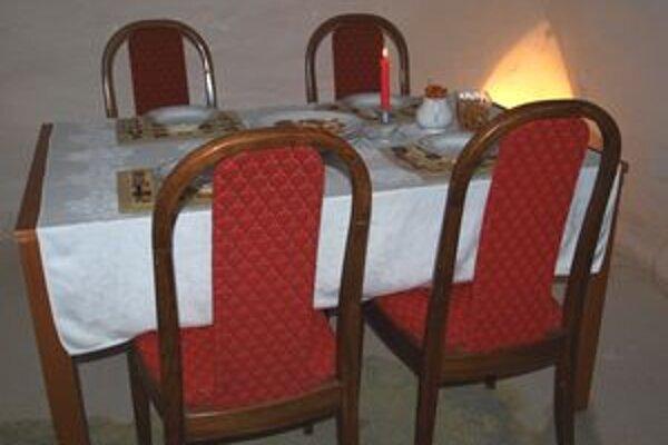 Takto v Bunkri vyzerá jedáleň s malým pohostením.