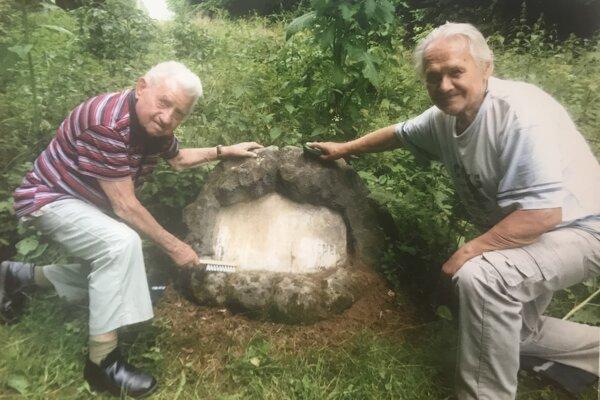 Ján Slávik (vľavo) a Pavel Prokopovič pri čistení pamätníka.