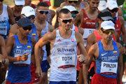 Chodec Matej Tóth v pretekoch na 50 km na OH v Tokiu.