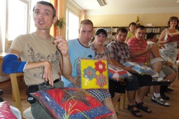Mladí klienti stacionára dostali originálne patchworkové vankúšiky.
