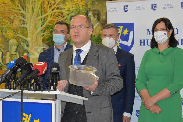 Na brífingu v Humennom ukázal Dušan Velič novinárom tri kilogramy PCB, ktoré si odvezie do Bratislavy a dá ich podrobiť analýze.