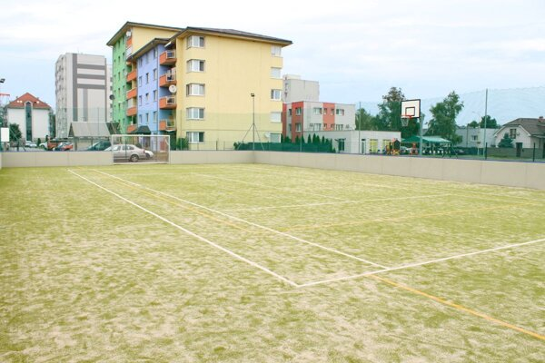 Ihrisko je určené na športy, ako sú minifutbal, basketbal, tenis, volejbal či nohejbal.