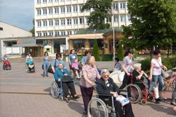 Seniori na prechádzke.