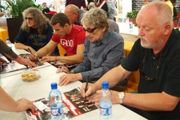 Po autogramiáde Omegy prišli plagáty a platne podpisovať aj členovia skupiny Collegium Musicum.