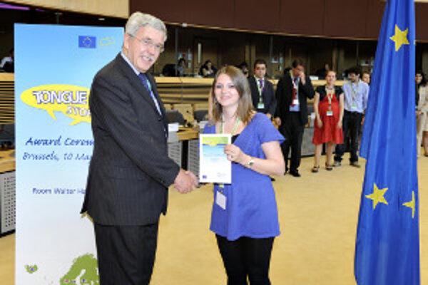 Slavomíra Gašperová preberá v Bruseli ocenenie.