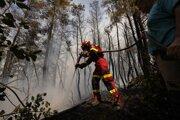 Slovenský hasič hasí požiar v obci Avgaria na gréckom ostrove Evia.