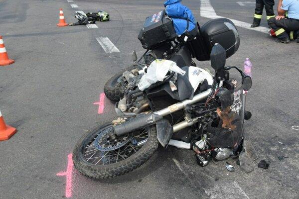 Účastníkov nehody previezli do nemocnice.
